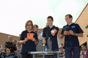 Tres trabajadores de ASPADIR muestran el proceso de reciclado del aceite doméstico. La foto fue tomada en octubre de 2011, cuando se presentó la actividad por primera vez (Foto: Mihai Petre).
