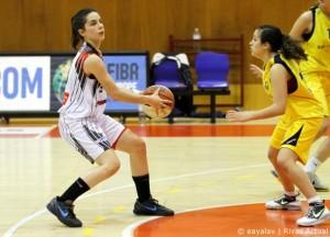Marina Lizarazu (izquierda), una habitual del banquillo del primer equipo, lidera el conjunto junior (Foto: Enrique Ayala)
