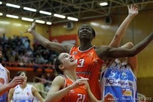 Lucía Togores (en primer plano), durante un partido en el Campeonato de España junior del pasado año Foto: Enrique Ayala)