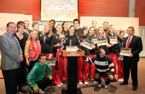 Jugadoras y aficionados del Rivas Ecópolis posan con la Copa de la Reina ganada por el equipo el pasado año (Foto Rivas Actual)
