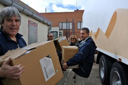Voluntarios cargando el camión, el año pasao (Foto cortesía de Rivas Sahel)