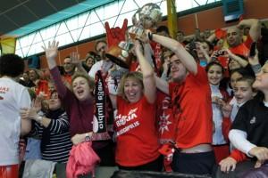Aficionados del Rivas Ecópolis pertenecientes a la peña Pasión Roja celebran la obtención de la Copa de la Reina de 2013, conseguida en Zamora (Foto: Enrique Ayala)