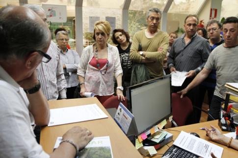 Una delegación de los comerciantes, entregando firmas con sus reivindicaciones en las oficinas de Covibar, hace un año (Foto: Enrique Ayala)