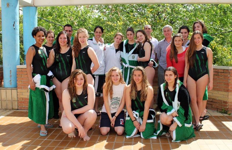 El equipo ganador de la segunda plaza en el Campeonato de Madrid. Al fondo a la izquierda, Javier Peláez, entrenador, y Eva Gil (a su derecha), coordinadora de la sección de natación y waterpolo del CD Covibar (Foto: Enrique Ayala)
