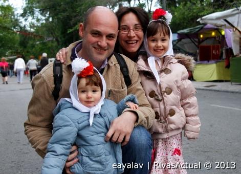 Una familia participa en las fiestas, a pesar de que el frío obligó a abrigarse como en invierno (Foto: Enrique Ayala)