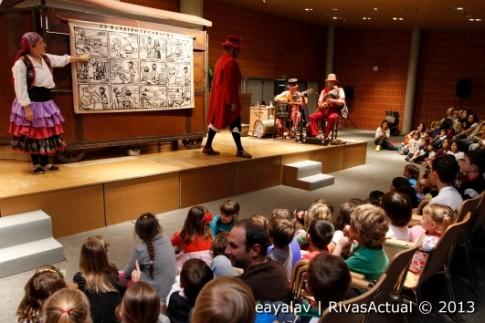 Un momento de la representación de 'El bandido Cucaracha', trasladada al Salón de Actos del Ayuntamiento (Foto: Enrique Ayala)