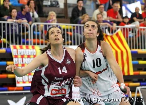 María Iglesias (10) pelea la posición con Noelia Olmeda (Foto: Enrique Ayala)