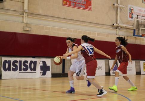 Laura parrondo penetra a canasta ante la oposicion de dos rivales (Foto: Federación Madrileña de Baloncesto)