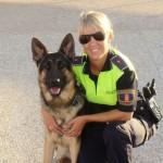 La agente de la Unidad Canina Estefanía Pacheco, con su perro 'Cheko'.