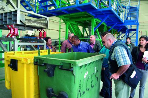 Miembros de una delegación visitan la Planta de Residuos de Ecohispánica en Rivas.