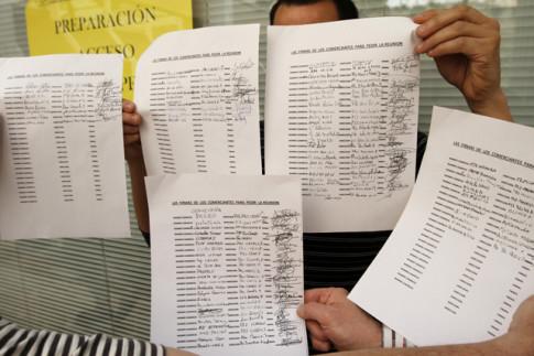 Los comerciantes muestran, el pasado 15 de mayo, las hojas con firmas apoyando sus demandas (Foto: Enrique Ayala)