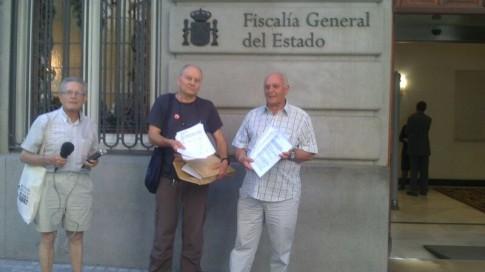 Varios de los denunciantes, ante la sede de la Fiscalía General tras entregar la denuncia (Foto cortesía de Rivas Aire Limpio)