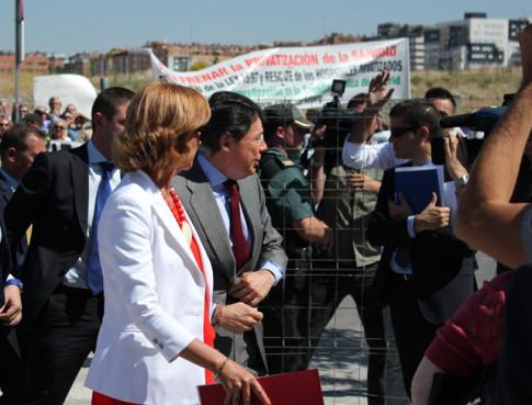 Ignacio González (en el centro con traje gris) hace su entrada al centro ante las protestas de un grupo de personas concentradas (Foto: Rivas Actual)