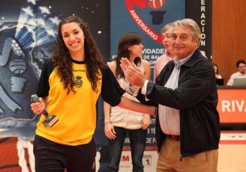 Laura Quevedo recibe un trofeo de manos del presidente de la Federación Madrileña de Baloncesto, en el Cerro del Telégrafo (Foto: femcanoe)