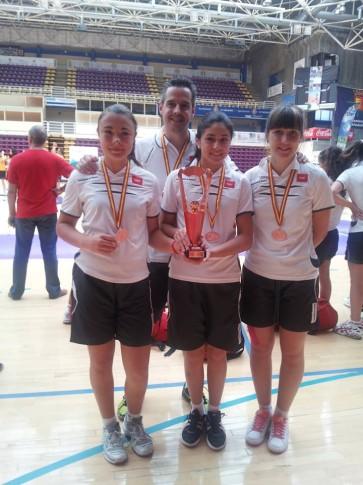 Carlos López con las tres jugadoras del club ripense (Foto cortesía del club)