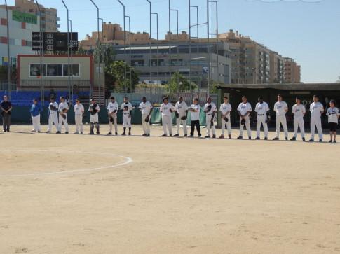 Los jugadores, guardando un minuto de silencio (Foto cortesía del club)
