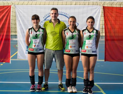 Las tres jugadoras seleccionadas posan junto al seleccionador, Carlos López (Foto cortesía del club)