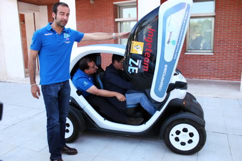 El concejal Marcos Sanz, al volante del vehículo eléctrico, reibiendo instrucciones para conducirlo (Foto: Rivas Actual)