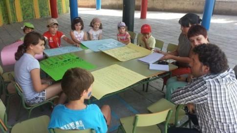 Pedro Del Cura, con niñasy niños del campamento urbano del Mario Benedetti (Foto Gabinete de Prensa del Ayuntamiento de Rivas)