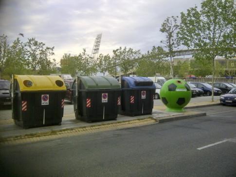 Un contenedor 'balón', en Getafe, junto a otros convencionales