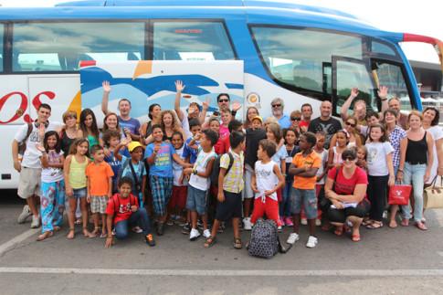 El grupo que ayer partía hacia Tinduf. Otro contingente lo hará mañana, domingo (Foto: Enrique Ayala)