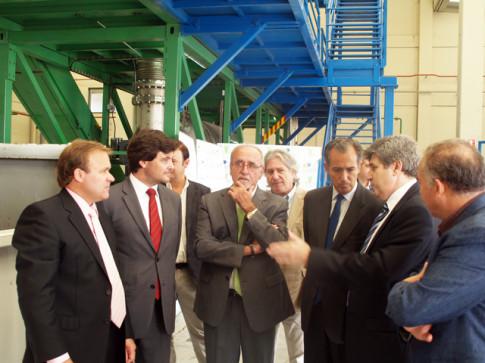 Enrique Ossorio (tercero por la derecha) escucha las explicaciones A su derecha, José Masa, alcalde de Rivas (Foto cortesía del Ayuntamiento de Rivas)