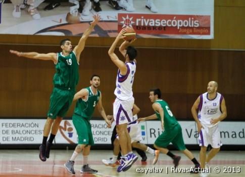 Javi Pérez intenta taponar el tiro de un rival, durante el partido de pretemporada jugado en el Cerro contra Casvi (Foto: Enrique Ayala)