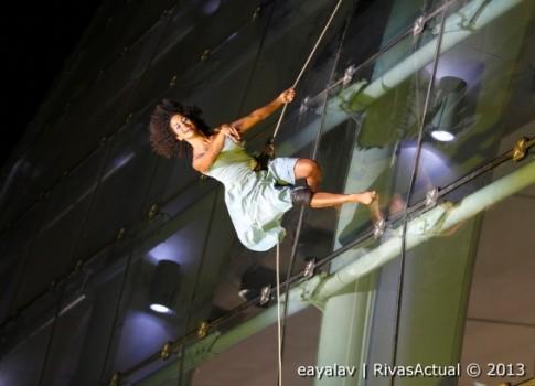 Un momento de la actuación de danza vertical (Foto: Enrique Ayala)