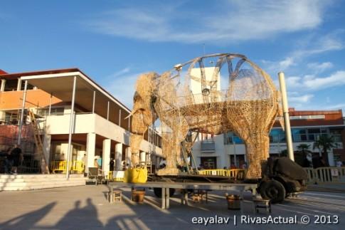 """Preparativos del montaje para la representación de """"El Viaje del elefante"""", ayer en la Plaza de la Constitución, donde se realizará la representación (Foto: Enrique Ayala)"""