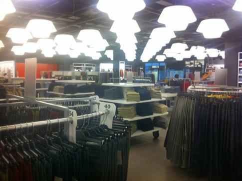 Unos operarios dan los últimos retoques, hoy, a la tienda Fifty antes de su apertura (Foto cortesía de Rivas Centro)
