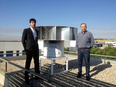 Jorge Contreras , de JCM Bluenergy (izquierda) y José Gómez, gerente de Rivamadrid, fotografiados junto al generador instalado en la azotea del edificio de la empresa pública ripense (Foto: Rivas Actual)