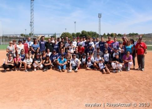 Un grupo de jugadores del CBS Rivas, junto a familiares y amigos (Fotos: Enrique Ayala)