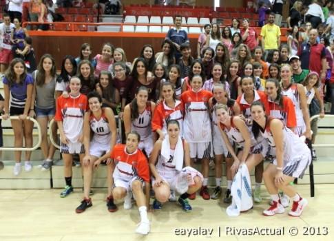 El equipo se fotografió al finalizar el partido con la Pasión Roja (Foto: Enrique Ayala)