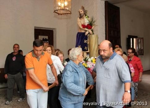 Varias personas sacan la imagen del Cristo desde la ermita ripense (Foto: Enrique Ayala)