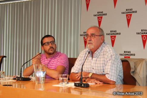 El alcalde de Rivas (en primer plano), durante un acto municipal reciente, acompañado por el concejal de Cultura, Curro Corrales (Foto: Rivas Actual)