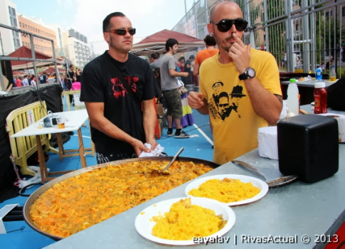 La paella popular fue uno de los indudables atractivos de las Fiestas (Foto: Enrique Ayal)