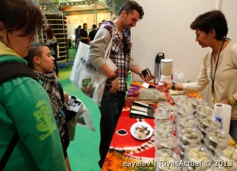 Tres personas compran prodcutos de uno de los stands ubicados en la carpa cubierta de Expocannabis (Foto: Enrique Ayala)