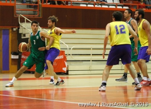 Miguel Zamora intenta la penetración ante la oposición de un rival (Foto: Enrique Ayala)