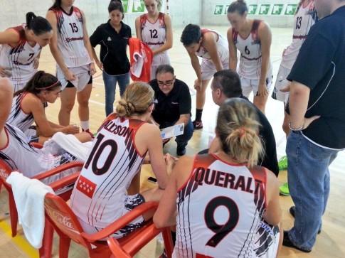 Hernández explica a sus jugadoras la estrategia durante uno de los últimos partidos jugados por el equipo (Foto cortesía de Rivas Ecópolis Basket)
