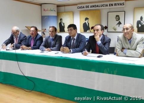 Antonio José de Lucas, Diego Valderas y Rafael Rodríguez Bermúdez (tercero, cuarto y quinto por la izquierda) junto a miembros de la Casa de Andalucía, en el acto de anoche (Foto: Enrique Ayala)
