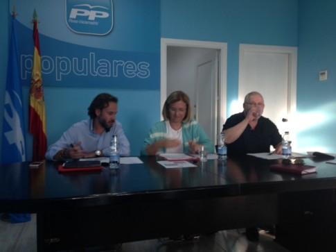 Beatriz Elorriaga (centro), con Jesús González Espartero (a su derecha), durante el acto (Foto cortesía del PP de Rivas)