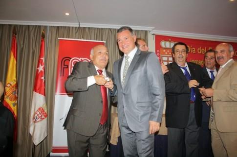 En el centro, en primer plano, con traje y corbata grises, Julián Merino, presidente del club La Meca de Rivas (Foto Federación de Fútbol de Madrid)