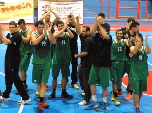 Los jugadores de Covibar EBA saludan a los aficionados de Rivas que se habían desplazado hasta Azuqueca (Foto cortesía del club)