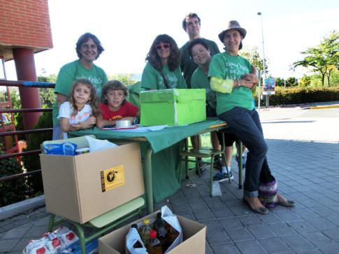 Integrantes del AMPA, en la mesa de recogida de firmas y alimentos (Foto cortesía del AMPA Jarama)