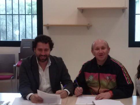Pedro del Cura (izquierda) y  el representante de la fundación Chiminigagua, durante la firma del acuerdo (Foto cortesía del Ayuntamiento de Rivas)