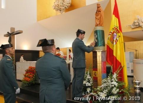 Guardias civiles de Rivas depositan una corona ante el altar de la iglesia de Santa Mónica (Foto: Enrique Ayala)