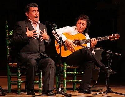 José Menese, acompañado a la guitarra por Antonio Carrión (Foto tomada del blog