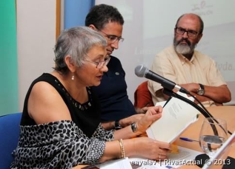Laura Olalla (en primer plano) lee uno de sus poemas. Tras ella, José Guadalajara y Raúl Sánchez (Foto: Enrique Ayala)