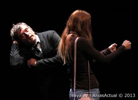 U  o¡momento de la actuación de Raúl Cano, con la colaboración de una persona del público (Foto: Enrique Ayala)