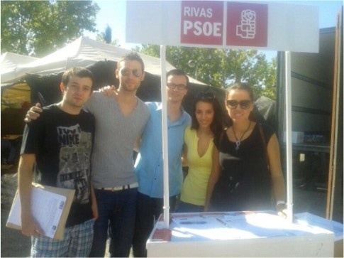 Miembros de la Ejecutiva del PSOE de Rivas, ayer en la mesa de recogida de firmas (Foto cortesía PSOE Rivas)